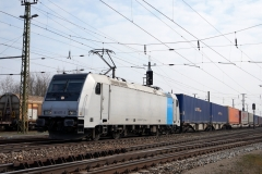RAILPOOL 185.677 mit Containern in Enns